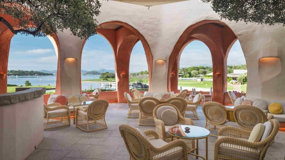 LUX_OLBLC_Atrium_Bar_terrace.jpg